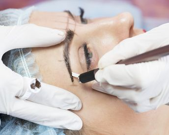 A Bad Reaction To Microblading Sent This Woman to the Hospital