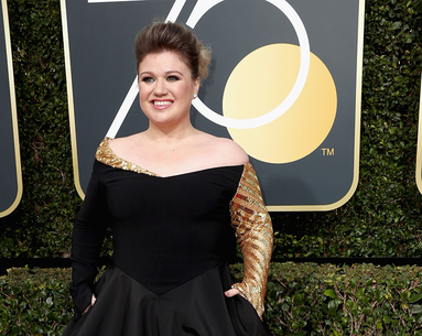Kelly Clarkson's Golden Globes Prep Includes a Hilarious Sheet Mask
