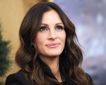 Julia Roberts Now Has Rose Gold Hair and It's Absolutely Gorgeous